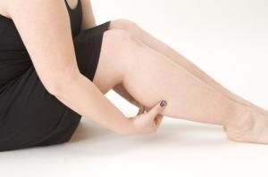 右脚がむくんでいる女性